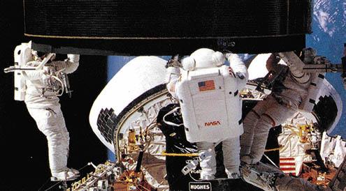 우주공간에서 인텔샛 6호를 재점화시키고 있는 우주수리공들