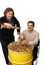 연구자들이 용기에 M&M 초콜릿을 담고 있다. 오른쪽의 사람이 M&M 초코릿을 좋아하는 폴 채킨 박사.