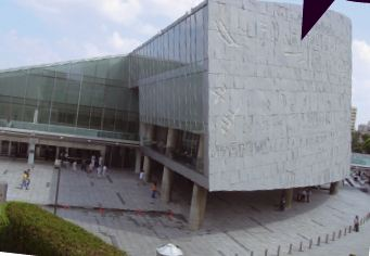 2002년에 재건된 알렉산드리아 도서관은 전체적으로 비스듬히 기울어진 원통 형태로 설계됐다. '세계 문자의 벽'이라 이름 붙은 도서관 벽에는 상형문자, 설형문자, 한자, 아라비아 숫자, 한글 등 모두 120개 문자가 새겨져 있다.