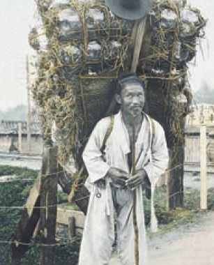 구한말의 옹기 장수. 옹기는 조상들에게 없어서는 안 될 생활 필수품이었다.
