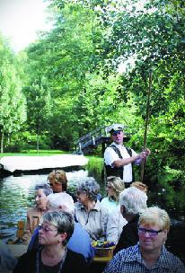 슈프레 강에서 무동력 보트를 즐기는 관광객들. 수질 보호를 위해 동력으로 움직이는 배는 다닐 수 없다.