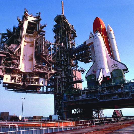 발사를 기다리고 있는 우주왕복선의 모습