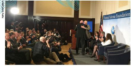 2월 11일 미국 워싱턴D.C. 기자회견장에서 감격에 겨워 포옹하고 있는 라이고 설계자들.