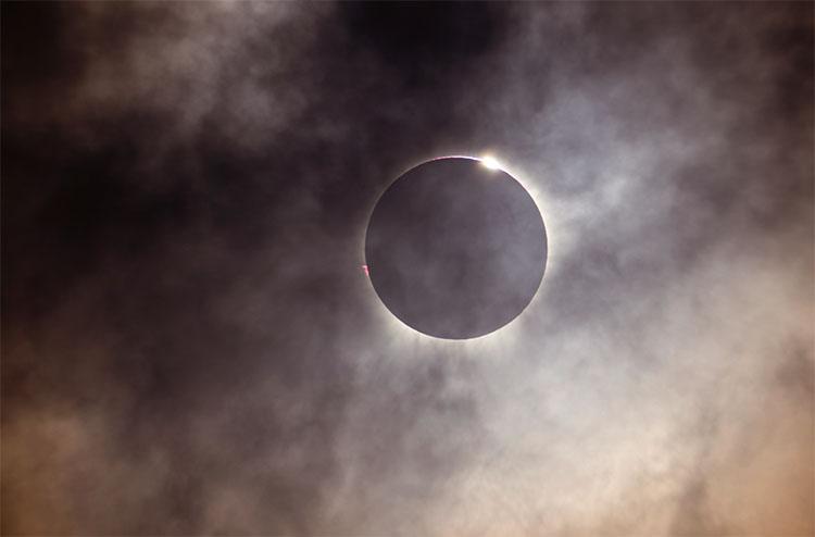 3월 9일 오전 8시 37~40분 (인도네시아 팔루 현지시간)에 달이 해를 완전히 가리면서 개기일식이 정점에 이르렀다.