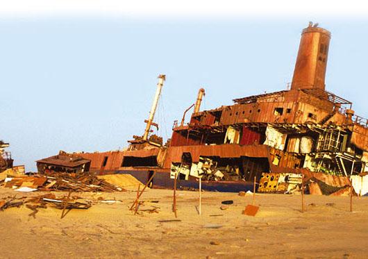 아프리카 모리타니에 버려진 배.