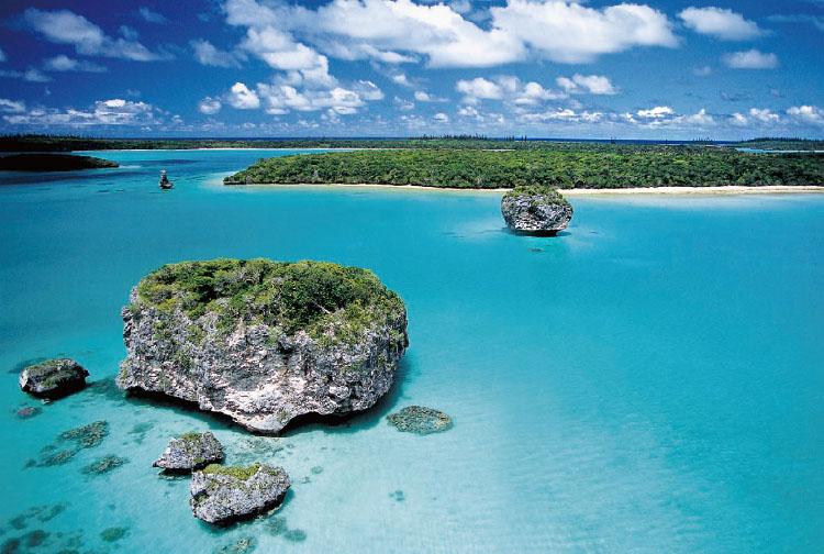 뉴칼레도니아 우피 만의 모습. 작은 산호 섬들로 이루어져 바다가 무척 잔잔하다. 버섯 모양의 돌과 환상적인 바다색이 자랑거리!