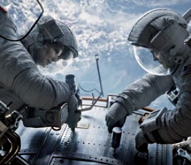 허블 우주망원경을 수리하고 있는 스톤 박사와 코왈스키. 지구에서처럼 무심코 손에서 놓은 나사는 순식간에 우주 공간으로 사라질 뻔했다.