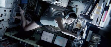 국제 우주정거장(ISS)에 도달한 스톤 박사는 무중력 공간에서 스스로 움직이지 못하고 주변 사물을 짚고 움직여야만 했다.