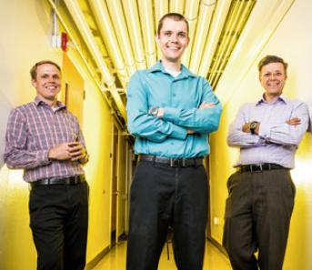 금속의 특성을 예측하는 AI를 개발한 연구팀. 가장 왼쪽부터 에릭 호머 교수, 콘래드 로젠브르크 박사, 거스 하르트 교수.