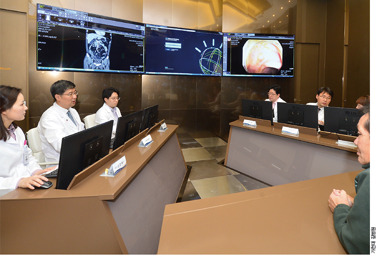 가천대 길병원에서 왓슨을 활용해 다학제 진료를 하는 모습. 환자 정보를 입력하면 왓슨이 치료법을 추천하고, 전문의들이 논의 후 최종 결정을 내린다.