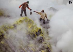 ➊ 세계에서 가장 큰 강산성 호수로 손꼽히는 카와이젠 화산의 칼데라호. ➋ 카와이젠 화산의 유황광산에서 광부들이 유황을 캐고 있다.