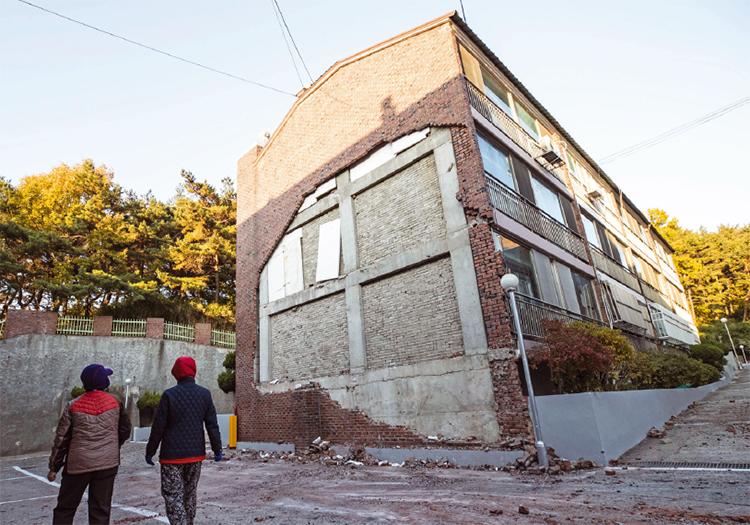 지진으로 외벽의 벽돌이 떨어져 나간 포항시 북구의 한 다세대주택. 이번 지진은 진원의 깊이가 얕은데다 주거지역 근처였고, 지반이 강도가 약한 퇴적암으로 이뤄져 있어 피해가 컸다.