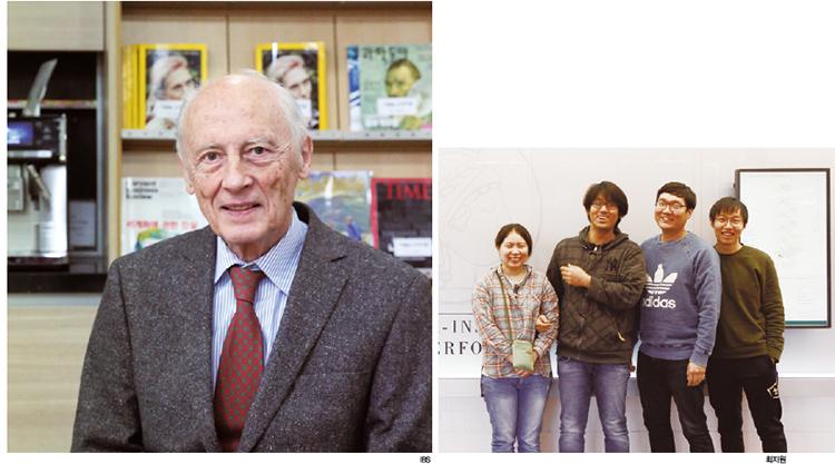 """막스플랑크 복잡계 물리연구소장을 지낸 피터 풀데 박사(왼쪽)와 슈투트가르트 막스플랑크 연구소에서 연구원으로 있는 한인 과학자들. 손광효 박사(오른쪽에서 두 번째)는 """"협업 연구는 막스플랑크연구소의 문화""""라고 말했다."""