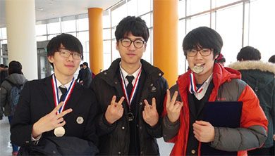 2015년 한국청소년 물리토너먼트(KYPT)에서 은상을 수상한 모습. 맨 오른쪽이 오현창 씨다.