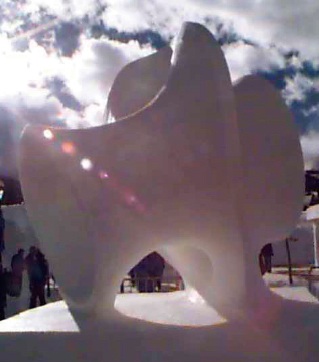 수학적인 모양을 조각하는 것으로 유명한 미국 조각가 헬라먼 퍼거슨이 이끈 조각팀이 1999년에 있었던 '제9회 브레켄리지 국제눈조각 챔피언십'에서 5일 동안 '코스타 극소곡면'을 본떠 만든 눈조각.