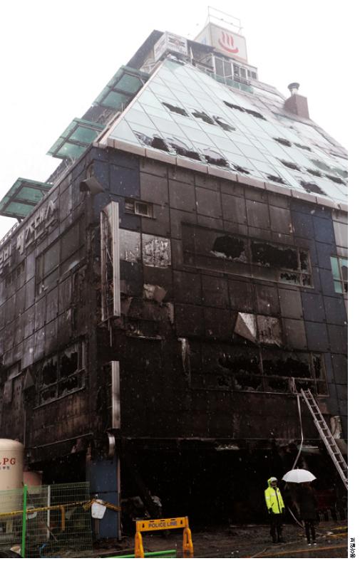 2017년 12월 제천의 스포츠센터에서 발생한 참사. 1층의 가장 주요한 대피로가 화염에 막혀 피해가 더 컸다.
