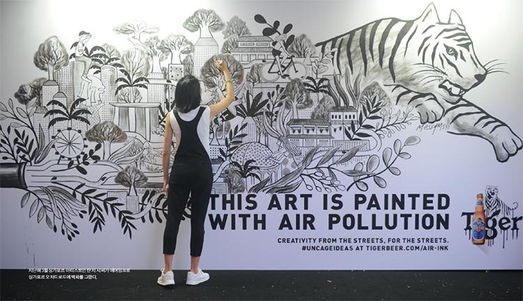 지난해 3월 싱가포르 아티스트인 탄 지 시 씨가 에어잉크로 싱가포르 오차드로드에 벽화를 그렸다.
