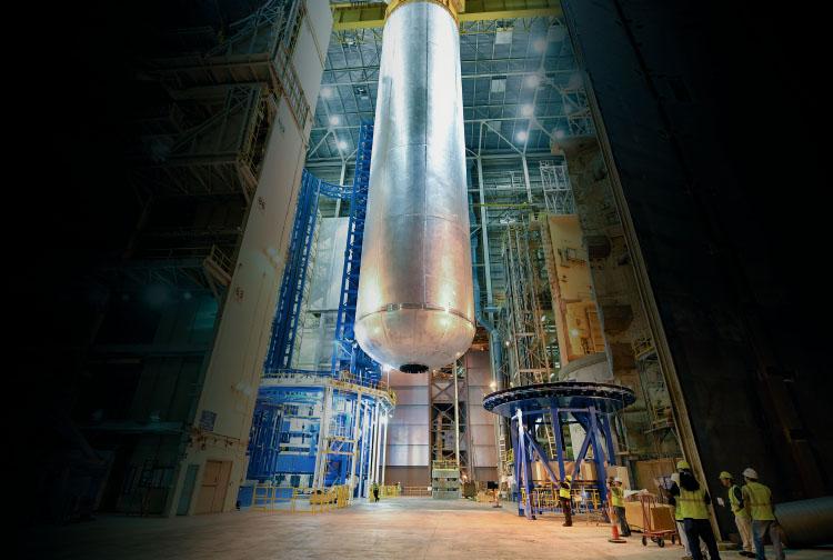SLS로켓의 액체산소 탱크가 만들어지고 있는 NASA의 연구 현장.