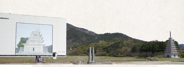 미륵사지 전경. 왼쪽이 보수 공사를 마친 미륵사지 석탑 가건물, 오른쪽이 9층까지 복원된 동탑의 모습이다.