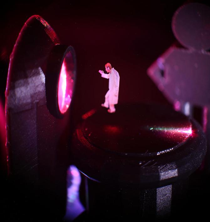 연구팀이 영화 '스타워즈'의 홀로그램을 패러디한 홀로그램 영상. 레이저로 공기 중의 부유입자를 조종하고 거기서 산란된 빛을 이용했다.