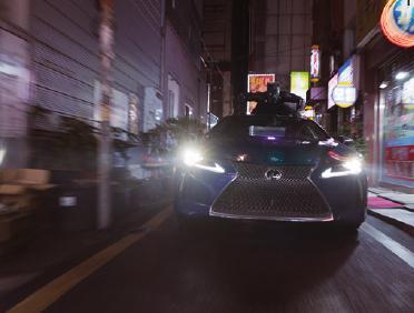 블랙팬서가 비브라늄으로 만든 자동차를 타고 부산 시내에서 추격전을 벌이는 모습.