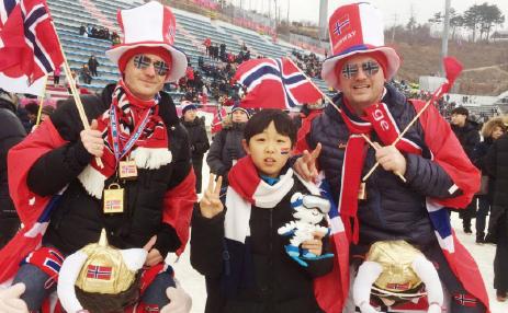 가장 멋진 분장을 한 노르웨이 방문객과 기념사진을 찍었다.