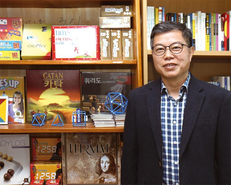 영재교육원 사무실에서 김병수 원장을 만났다. 사무실에는 교육용 퍼즐 게임이 가득했다.