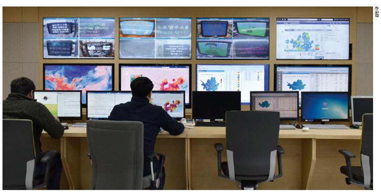 서울시에 있는 도시대기측정소 25곳, 도로변측정소 14곳, 도시배경 및 경계측정소 6곳에서 측정한 데이터들은 서울시 보건환경연구원에 있는 환경관리전산실에 모인다. 이곳에서는 미세먼지와 초미세먼지, 오존, 이산화질소, 일산화탄소, 이산화황 등 여섯 가지 대기오염물질 농도를 관측한 데이터를 '에어코리아'에 실시간으로 공개하고 있다.