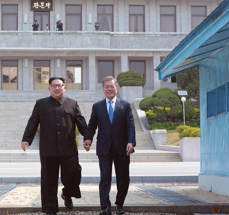 4월 27일 오전 9시 30분 판문점 군사분계선에서 문 대통령과 김 국무위원장의 역사적인 첫 만남이 있었다.