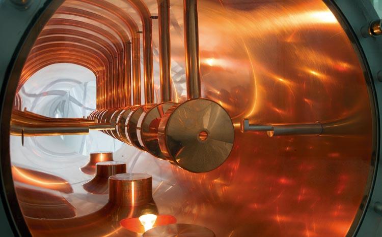 양성자가속기의 핵심 시설인 선형가속장치 내부. 가운데 보이는 작은 구멍으로 양성자가 이동한다.