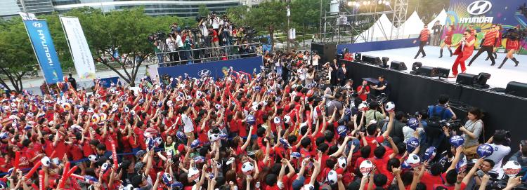 지난 월드컵 시청 거리 응원에서 싸이의 노래에 관중들이 떼창을 하고있다.