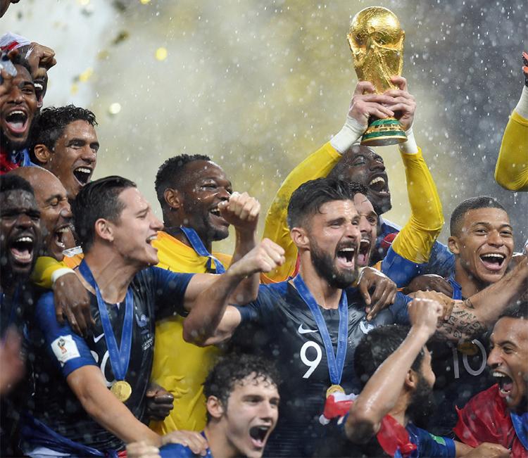 2018 러시아 월드컵에서 우승한 프랑스 국가대표팀이 기뻐하고 있다. 1998년 이후 20년 만의 우승으로 결승전이 치러진 7월 15일 프랑스 전국민이 환호했다.