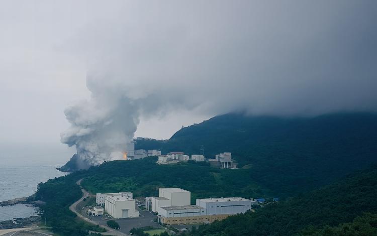 7월 5일 전남 고흥군 나로우주센터에서 75t급 액체엔진의 마지막 연소시험이 진행됐다. 흰 연기가 뿜어져 나오는 건물이 연소시험장이다.