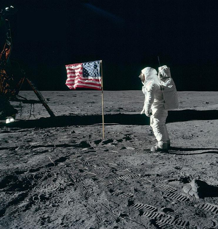 달 착륙사진 조작 의혹. 음모론자들은 성조기가 휘날린 점, 발자국이 선명하게 찍힌 점, 그림자 방향이 조금씩 다른 점 등을 근거로 달 착륙이 조작됐다고 주장한다.NASA제공