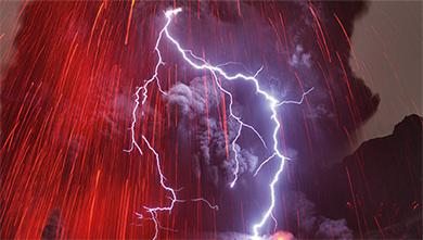 [쇼킹 사이언스] 폭발하는 화산에서 푸른 빛이 번쩍! 화산번개